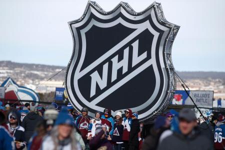 コロラド州の屋外試合で掲げられたNHLのロゴ=2月、コロラドスプリングズ(AP=共同)