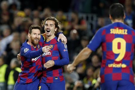 欧州チャンピオンズリーグ(CL)のドルトムント戦でゴールを挙げて喜ぶメッシ(左)とグリーズマン(中央)に駆け寄るスアレス=バルセロナ(AP=共同)