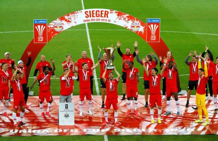 サッカーのオーストリア・カップで優勝し、優勝杯を掲げるザルツブルクの選手たち=29日、クラーゲンフルト(ロイター=共同)
