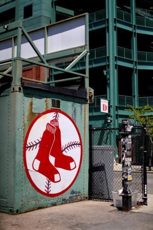 球場の外に掲示されたレッドソックスのロゴ=3月、ボストン(ゲッティ=共同)