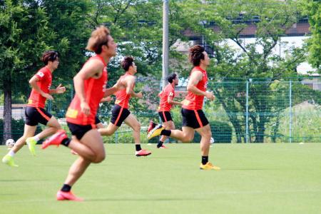 練習する浦和の選手たち=さいたま市(クラブ提供)