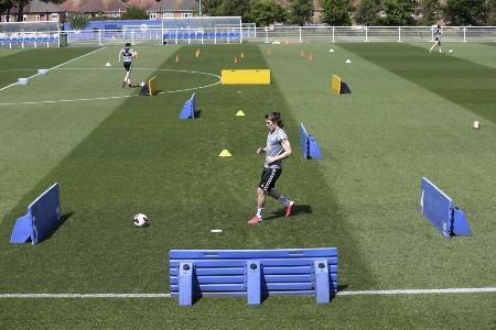 イングランド・プレミアリーグ、レスターの練習風景。選手間で距離を保っている=20日、レスター(ゲッティ=共同)