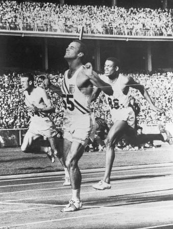 メルボルン五輪男子200メートル決勝でゴールするボビー・モロー=1956年11月、メルボルン(共同)