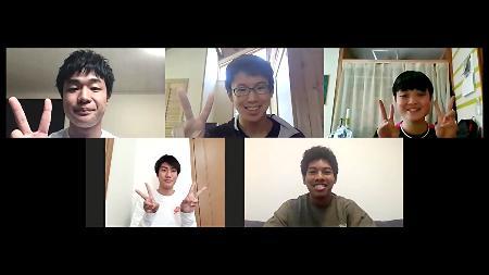 中高生とオンラインでトークイベントを行う陸上男子短距離のサニブラウン・ハキーム(右下)=31日(UDN SPORTS提供)