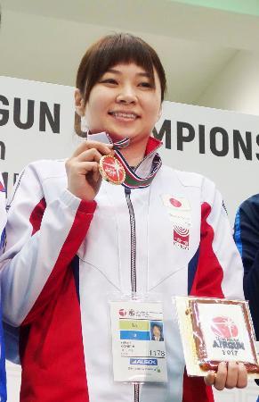 2017年のアジア・エアガン選手権で優勝し、笑顔の小西ゆかり=和光市総合体育館