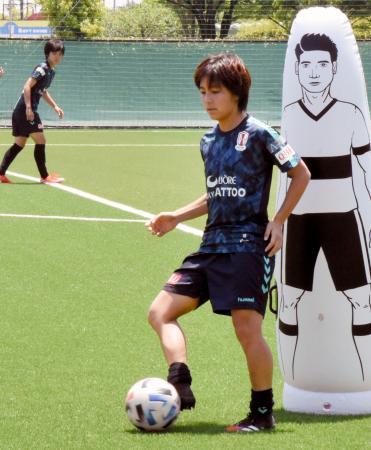 練習するINAC神戸の岩渕(手前)=神戸市