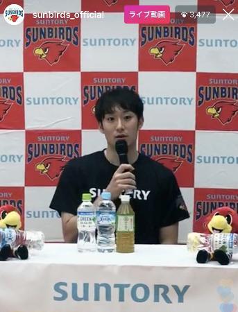 Vリーグ1部のサントリーのインスタグラムのライブ配信で抱負を語るバレーボール男子日本代表主将の柳田将洋=2日