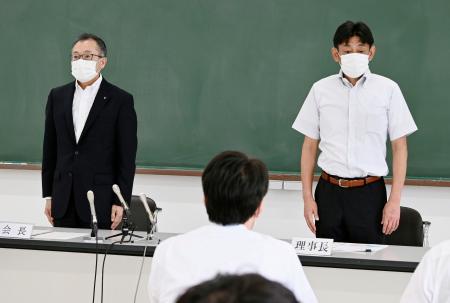 大分県独自の代替大会開催を決め、記者会見に臨む県高野連の会長(左)と理事長=3日午後、大分市