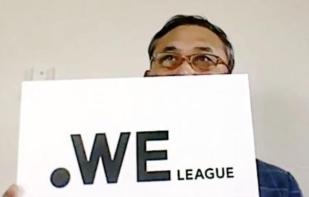 WEリーグ発足を発表したオンライン記者会見で、ロゴマークを掲げる佐々木則夫女子新リーグ設立準備室長=3日