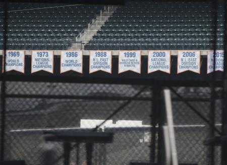 メッツの本拠地シティ・フィールドに掲げられた優勝バナー=5日、ニューヨーク(UPI=共同)