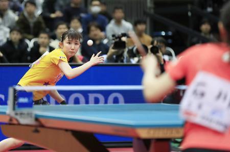 今年の卓球全日本選手権最終日。女子シングルス決勝で石川佳純(右)を破り、初優勝した早田ひな=1月19日、丸善インテックアリーナ大阪
