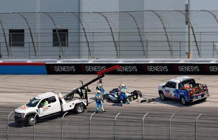 インディカー・シリーズ開幕戦、予選で事故を起こした佐藤琢磨のマシン(中央)=6日、フォートワース(ゲッティ=共同)