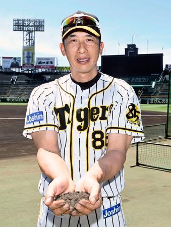 甲子園球場の土を持つプロ野球阪神の矢野燿大監督=兵庫県西宮市