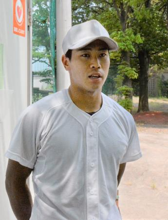練習後に取材に応じる慶大主将の瀬戸西純内野手=横浜市