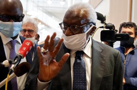マスク姿で裁判所に出廷した世界陸連前会長ラミン・ディアク被告=8日、パリ(ロイター=共同)
