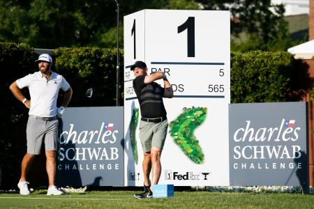 11日に再開する米男子ゴルフツアーの大会を前に、会場で調整するロリー・マキロイ(右)とダスティン・ジョンソン=米テキサス州フォートワース(USA TODAY・ロイター=共同)