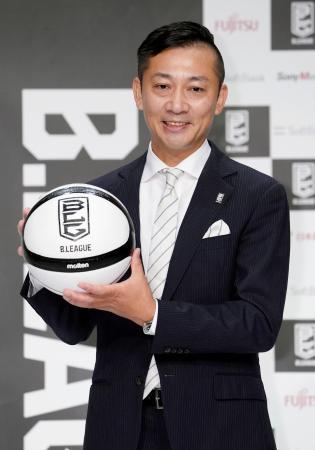バスケットボール男子Bリーグの新チェアマンに就任が決まり、ポーズをとる島田慎二氏=10日、東京都内のホテル