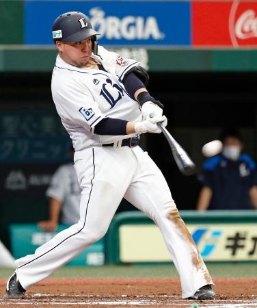 楽天との練習試合の6回、左越えに本塁打を放つ西武・山川=メットライフドーム