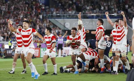ラグビーW杯1次リーグのスコットランドとの最終戦で勝利し喜ぶ日本フィフティーン=2019年10月、日産スタジアム