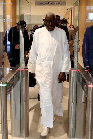パリの裁判所に到着した前世界陸連会長ラミン・ディアク被告=10日(AP=共同)