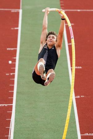 陸上ダイヤモンドリーグ、男子棒高跳びで1位となったアルマント・デュプランティス=11日、オスロ(ロイター=共同)