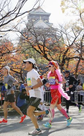昨年の大阪マラソンで、ゴールとなった大阪城公園を走るランナー=2019年12月、大阪市