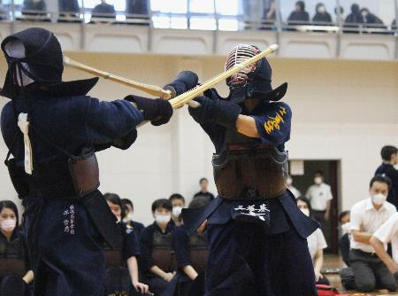 佐賀県の高校総合体育大会の代替大会が開幕し、剣道の女子団体決勝で攻める三養基高の古川寛華(右)=13日、佐賀県みやき町