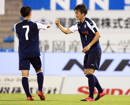練習試合で2得点した磐田の小川航(右)=ヤマハスタジアム(ジュビロ磐田提供)
