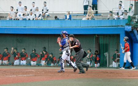 東都大学野球リーグの亜大が社会人のNTT東日本と対戦したオープン戦。球審がマスクを着用するなどの感染防止策が取られた=東京都日の出町の亜大グラウンド