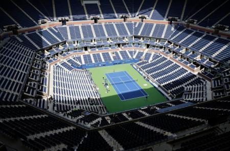 全米オープンテニスのセンターコート「アーサー・アッシュ・スタジアム」=2017年、ニューヨーク(AP=共同)