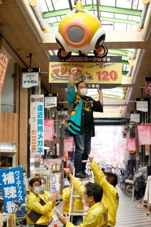 プロ野球阪神タイガースのリーグ制覇を願い、兵庫県尼崎市の商店街に掲げられた「120」のマジックナンバー=16日午前