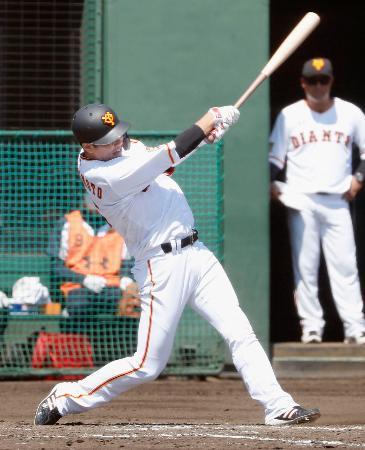 楽天との2軍の練習試合で適時打を放つ巨人・坂本=川崎市のジャイアンツ球場
