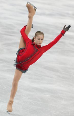 ソチ冬季五輪のフィギュアスケート女子でフリーの演技をするロシアのユリア・リプニツカヤ=2014年2月(タス=共同)