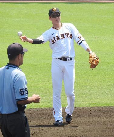 楽天との2軍の練習試合で守備に就く巨人・坂本=川崎市のジャイアンツ球場