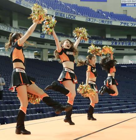ロッテとの練習試合の前に声援を送る巨人のマスコットガール「ヴィーナス」=16日、東京ドーム