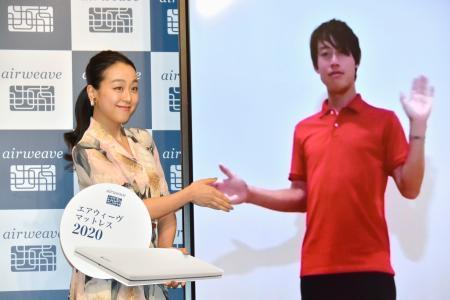 東京都内で開かれたイベントに米国からリモートで参加し、浅田真央さん(左)と写真に納まる錦織圭=18日