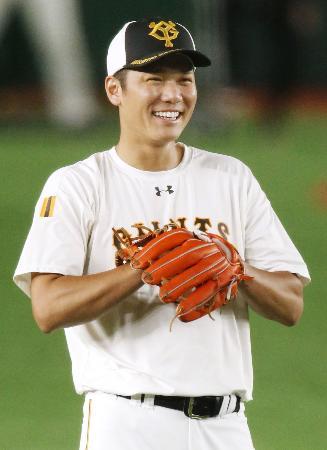 開幕に向けた練習中、笑顔を見せる巨人・坂本=東京ドーム