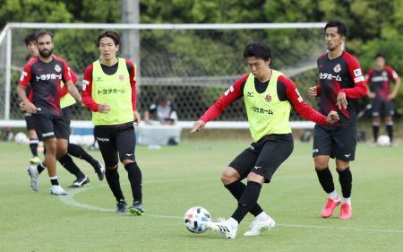 1日、全体練習を再開した丸山(手前)ら名古屋の選手たち。2日に感染者が出て、この後再び活動休止を強いられた=愛知県豊田市