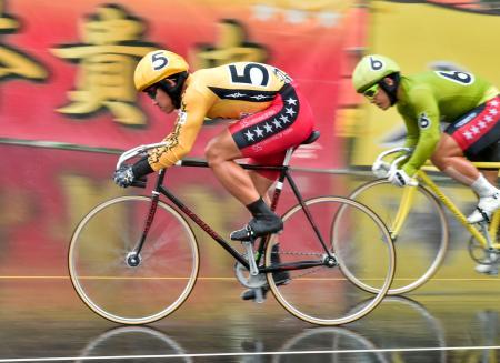 第12レースを制した脇本雄太(左)=和歌山競輪場
