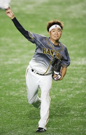 開幕戦に向けキャッチボールで調整する阪神・西=東京ドーム