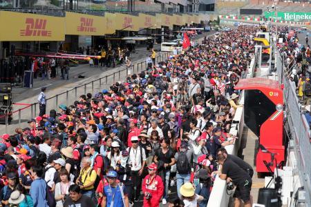 昨年のF1日本GPの様子。開催中に行われた恒例の「ピットウオーク」には多くのファンが押し寄せた(C)モビリティランド