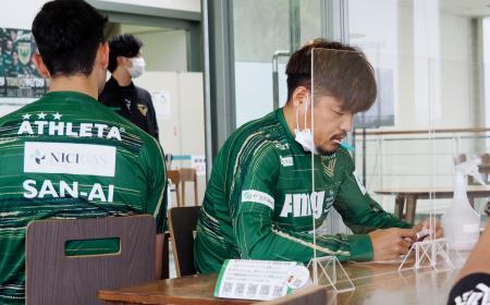 PCR検査を受けるJ2東京Vの大久保(右)ら=19日、東京都稲城市(Jリーグ提供)