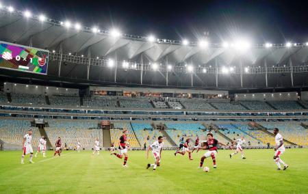 無観客試合で再開したリオデジャネイロ州選手権で対戦するフラメンゴとバングーの選手=18日、リオデジャネイロ(AP=共同)