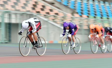 第12レース 1着の脇本雄太(左)=和歌山競輪場