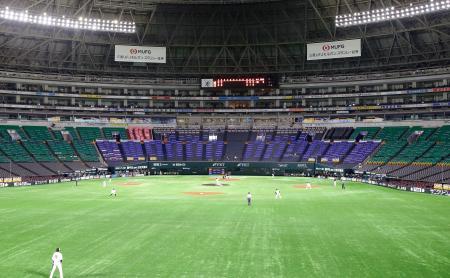 無観客でプロ野球が開幕し、福岡市のペイペイドームで行われたソフトバンク対ロッテ戦=19日