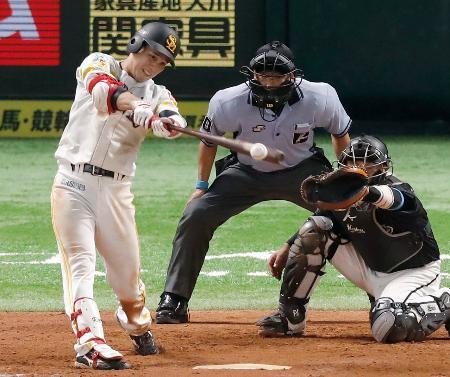 10回ソフトバンク2死三塁、栗原が中前にサヨナラ打を放つ。捕手田村=ペイペイドーム