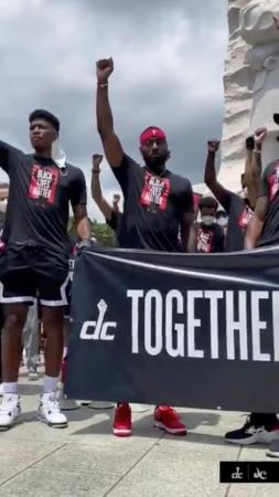 黒人暴行死事件に対する抗議デモに参加した、八村塁選手が所属するNBAウィザーズの選手ら=19日、米ワシントン(ロイター=共同)