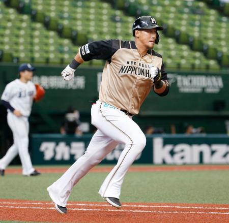 4回、右越えに逆転の2点二塁打を放ち、一塁に向かう日本ハム・中田=メットライフドーム