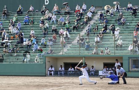 野球のルートインBCリーグ開幕戦の富山―石川戦を観戦するスタンドの観客=20日、富山市の県営富山野球場