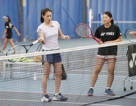 テニスのジュニア選手対象のキャンプで、永沢亜桜香さん(右)を指導する伊達公子さん=東京都品川区